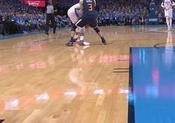 Enlace a Westbrook golpeó tres veces a Ricky Rubio en la misma jugada