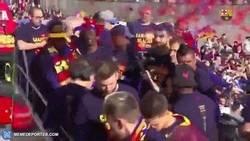 Enlace a El microinfarto de Yerry Mina en la rúa del Barça con el confeti es lo mejor del día