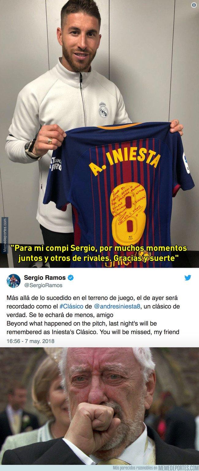 1033127 - Sergio Ramos se llevó la última camiseta de Iniesta en un Clásico... con esta dedicatoria