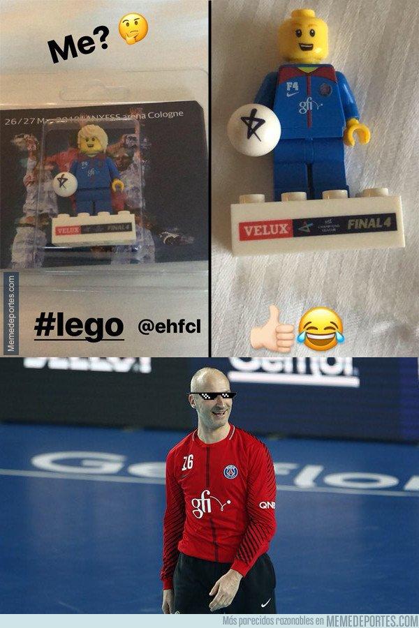1034983 - Thierry Omeyer recibe un regalo en la F4 de balonmano y decide personalizarlo