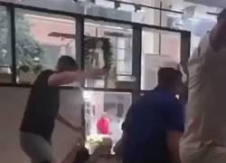 Enlace a Ingleses celebrando la victoria ante Suecia en un Ikea