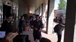 Enlace a Vídeo: Piqué se acerca a firmar a unos aficionados en Valladolid y le agreden con un balonazo a la cabeza
