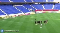 Enlace a Neymar marca gol en un entrenamiento y lo celebra a lo Cristiano