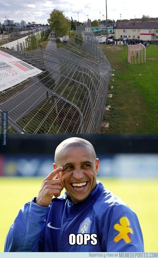 1051723 - Cuando el disparo de Roberto Carlos se va un poco alto