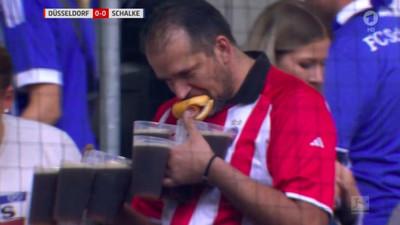 1052715 - Este aficionado alemán que carga con 1 hotdog y 7 pintas es nuestro nuevo héroe