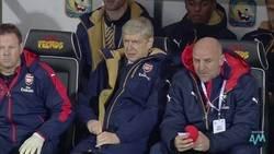 Enlace a La mejor recopilación para un futbolero: Wenger y todas las veces que batalló contra la cremallera de su abrigo