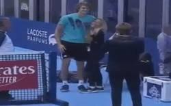 Enlace a El tenista alemán Alexander Zverev le aparta los brazos a una aficionada que quería darle un abrazo