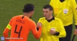 Enlace a Van Dijk se enteró de la muerte de la madre del árbitro al final del partido