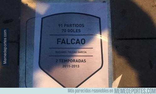 1057636 - Aficionados del Atlético pegaron pegatinas con la placa de Falcao sobre la de Hugo Sánchez