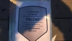 Enlace a Aficionados del Atlético pegaron pegatinas con la placa de Falcao sobre la de Hugo Sánchez