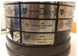 Enlace a El tremendo error en una de las chapas del trofeo de la Libertadores, otra forma de verlo