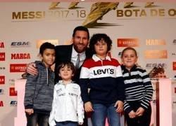 Enlace a Cuando Messi está más feliz por tomarse una foto con niños que los mismos niños