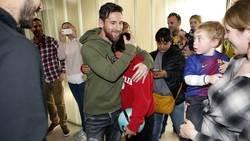 Enlace a Así fue la reacción y el llanto de emoción de un niño en un hospital al conocer a Messi y Suárez