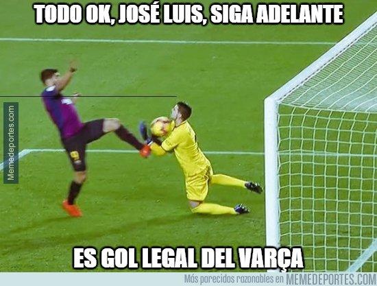 1062038 - Gol muy dudoso de Luis Suárez