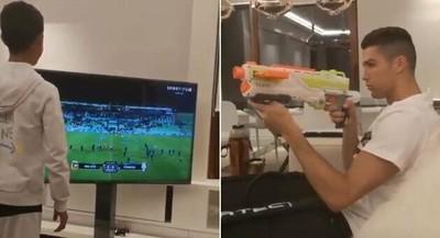 1062112 - Cristiano Ronaldo intenta apagar la TV con una pistola de juguete. Aún conserva su puntería