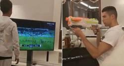 Enlace a Cristiano Ronaldo intenta apagar la TV con una pistola de juguete. Aún conserva su puntería