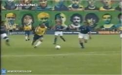 Enlace a HISTÓRICO: El momento exacto del famoso cruce de Cannavaro y Maldini contra Ronaldo que salió en la foto