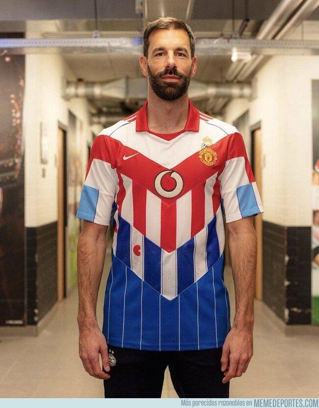 1063128 - La camiseta homenaje a Van Nistelroy de todos los equipos donde militó. ¿Cuántos reconoces?
