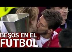 Enlace a Recopilación de los besos más locos e inesperados del fútbol