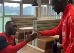 Enlace a Mamadou Sakho tiene un saludo rapero diferente para cada miembro del equipo. Flipante