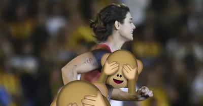 1065079 - Una mujer semidesnuda con un mensaje en la barriga invadió el campo de juego en pleno Rosario Central-River