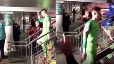 1065711 - Fan del Chelsea rechaza darle la mano a Kepa