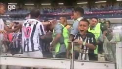 Enlace a Brasil es un circo: A un niño le roban la camiseta que le regaló un jugador y lo dejan llorando