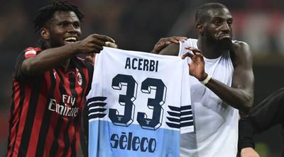 1071578 - Futbolista del Milan intercambia camiseta con un rival y la utiliza para burlarse con la afición