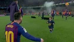 Enlace a La celebración más emotiva de Messi con sus hijos lanzándose sobre él