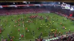 Enlace a INCREÍBLE: La invasión al campo del Union Berlin tras ascender a la Bundesliga por primera vez en su historia