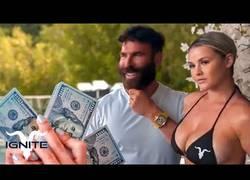 Enlace a La espontánea de la final de Champions había ya cobrado del millonario Bilzerian 30mil dólares por correr en bikini en una cinta