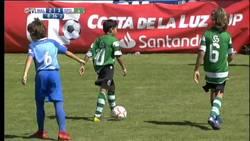 Enlace a Tremenda lección de los niños del Málaga a sus padres: paran el partido para que dejen de liarla en la grada