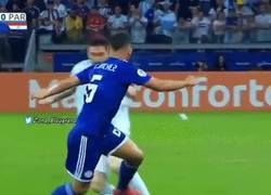 Enlace a El regate de Messi sin tocar el balón