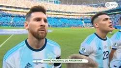 Enlace a Un niño desvela lo que hace Leo Messi durante el himno de Argentina
