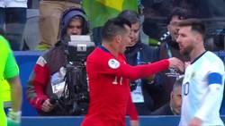 Enlace a Messi se va expulsado con la roja más polémica de la historia tras este 'enganchón' con Medel