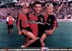 Enlace a Maxi Rodríguez y sus sobrinos cuando eran niños y ahora juegan con él en la primera Argentina con Newell's
