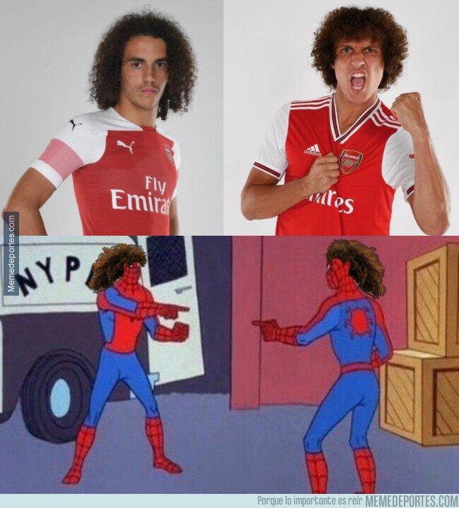 1083046 - Guendouzi y David Luiz encontrándose en el vestuario del Arsenal