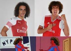 Enlace a Guendouzi y David Luiz encontrándose en el vestuario del Arsenal