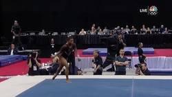 Enlace a Simone Biles hace historia en el deporte y se convierte en la primera gimnasta de todos los tiempos en hacer un doble salto mortal con triple giro