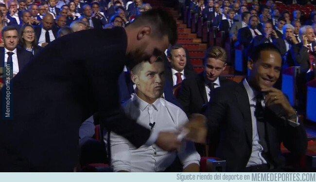 1084494 - La cara de CR mientras Messi recibía el premio