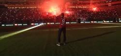 Enlace a Una locura. El Galatasaray recibe a los nuevos fichajes como si estuvieran despidiendo a una leyenda con 15 años en el club