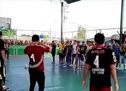 Enlace a En Venezuela pusieron el ataúd de un fallecido jugador de futsal para que 'marcara' un último gol