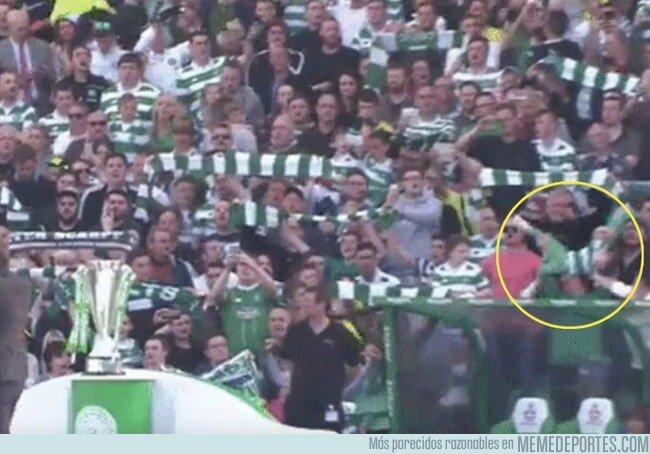 1085225 - Estos fans del Celtic agarraron a un niño como si fuera una  bufanda