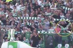 Enlace a Estos fans del Celtic agarraron a un niño como si fuera una  bufanda