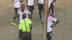 Enlace a Este árbitro fue agredido tras mostrar una roja, pero respondió también.
