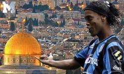 Enlace a Ronaldinho lía la monumental por publicar una imagen desde Israel con este mensaje