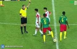 Enlace a Muy fan de este camerunés que celebró la expulsión de un rival como un gol