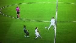 Enlace a Esta es la 'falta' que salvó la expulsión y penalti de Courtois. Incluso el árbitro le dice que se levante. Yo no se, tu dirás...