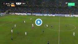 Enlace a Ojo a como la afición del Malmö se comió literalmente a Markus Rosenberg tras marcar el 4-3 al Dinamo en el minuto 96