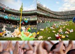 Enlace a El enorme gesto de la afición del Betis lanzando juguetes para los niños más necesitados